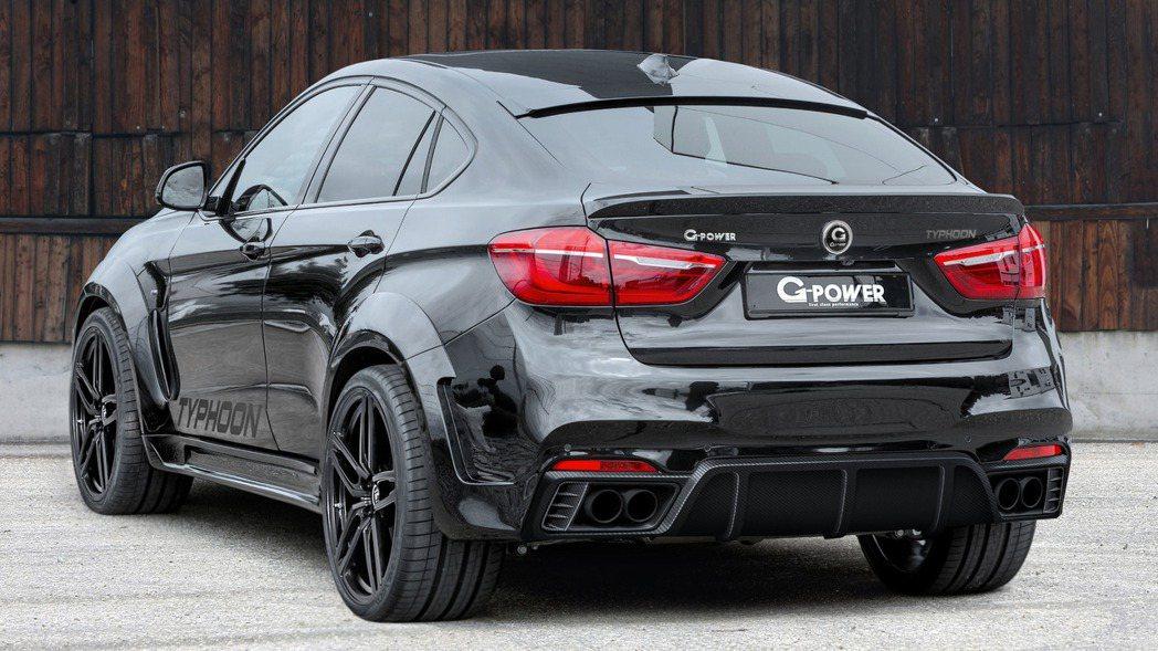搭配車側側裙、車尾尾翼、後碳纖維擾流板、黑色輪圈等,提升運動感。 摘自G-Pow...