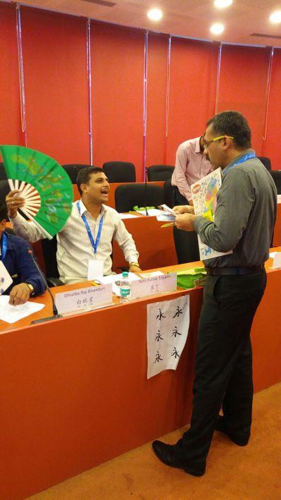 背景圖片是印度陸軍軍官著便服上華語課,並在課堂上演練用華語作生意。 畫面提供/T...