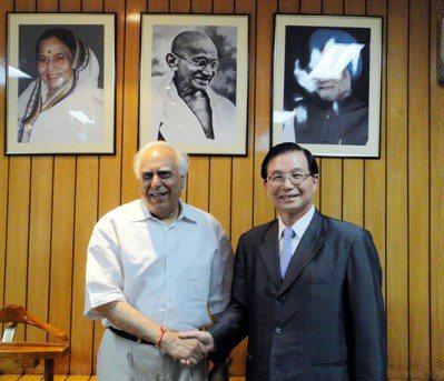 教育部前部長吳清基(右)與印度前內閣人力部長席保。 圖/中央社