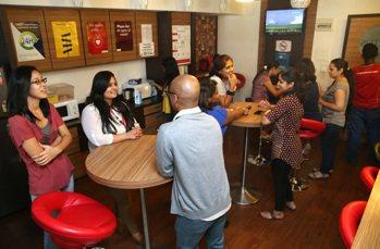 辜聖芬工作的CACTUS公司茶水間,不同國籍的員工輕鬆交談。 記者潘俊宏/攝影