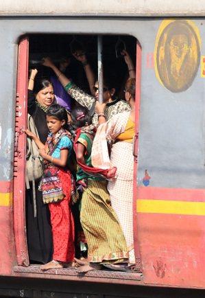 印度火車上經常擠滿人,女性乘客可搭乘專用車廂。 記者潘俊宏/攝影