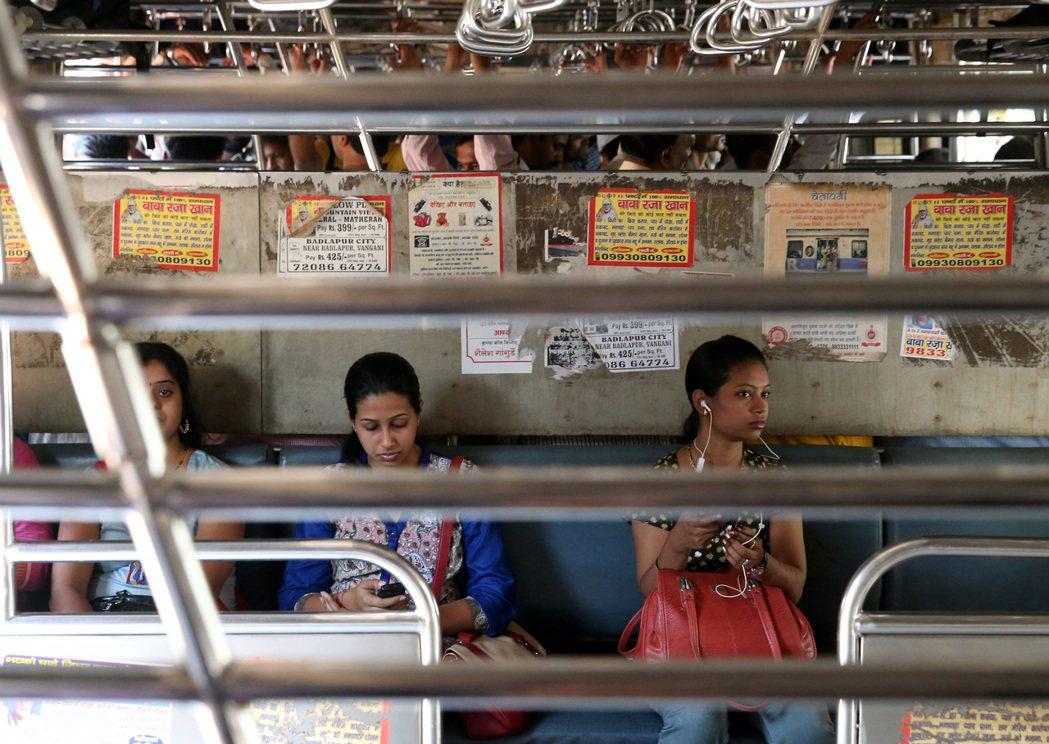 印度火車的女性專用車廂,有鐵柵欄防止男性從其他車廂進入。 記者潘俊宏/攝影