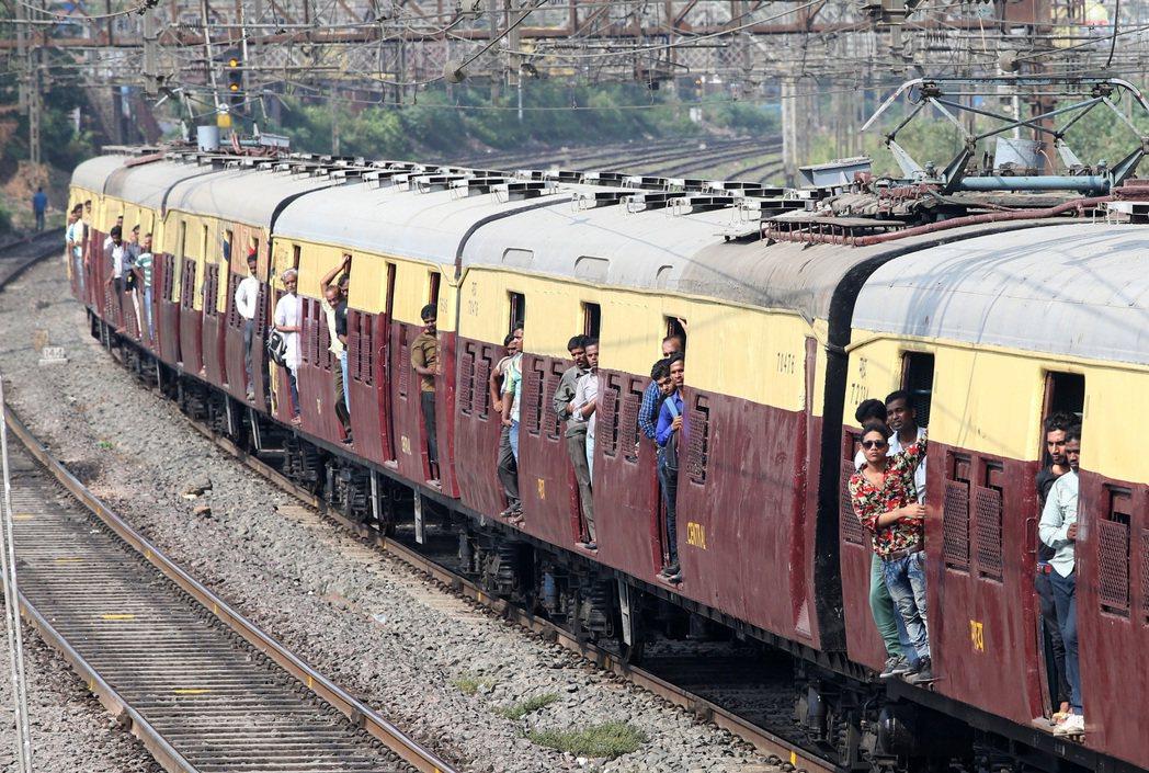 孟買火車行駛情況。 記者潘俊宏/攝影