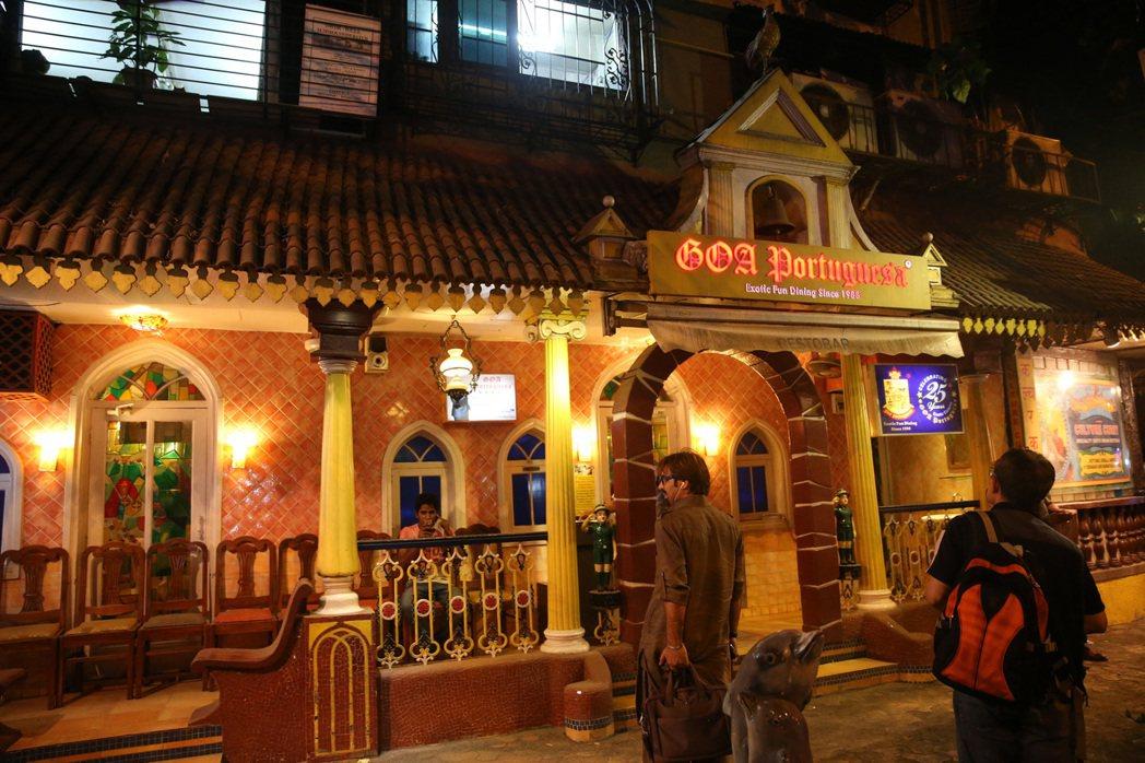 孟買市區餐廳晚間仍有顧客光顧,但史紫蓉建議要結伴同行。 記者潘俊宏/攝影