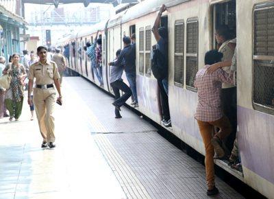 印度警察巡視火車站月台。 記者潘俊宏/攝影