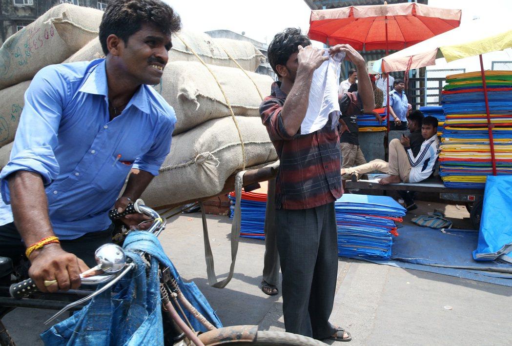 孟買街頭工人載送貨物。 記者潘俊宏/攝影
