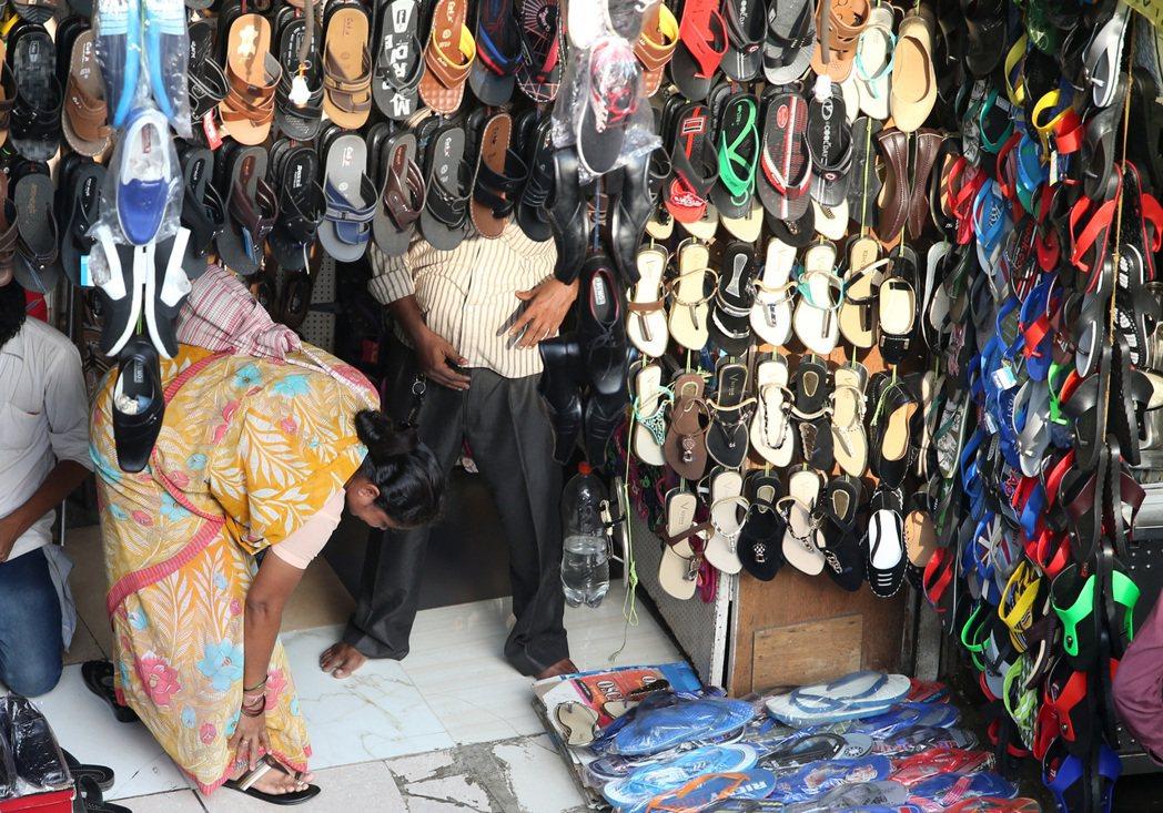 印度商家作生意情況。 記者潘俊宏/攝影