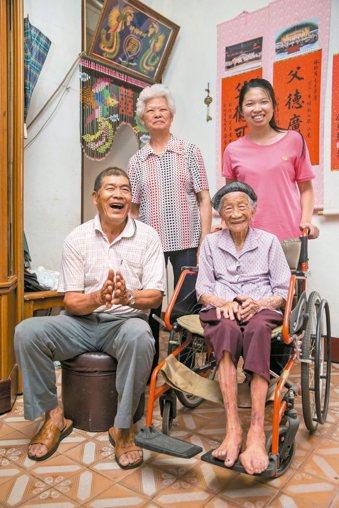 林谷三妹一家人合影,真誠平凡的笑容。 記者黃士航/攝影