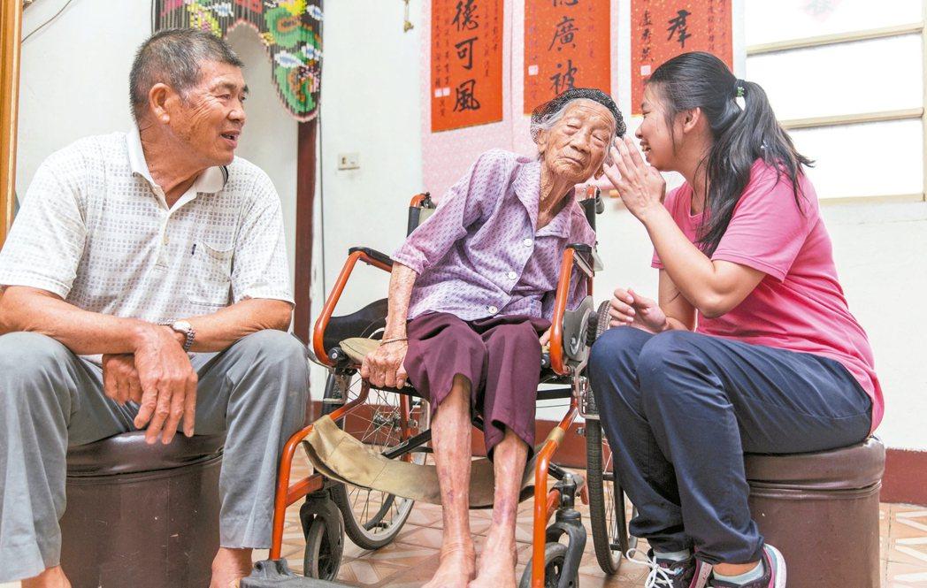 林谷三妹(中)阿嬤的聽力退化,訪談過程中時常需要曾孫女林淑鈴(右)幫忙傳達問題。...