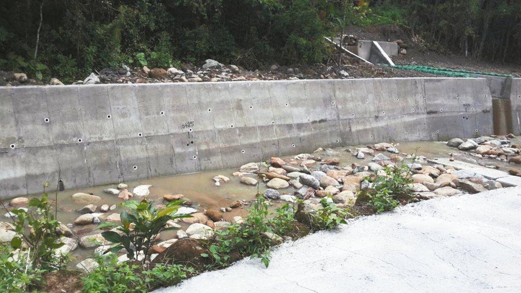 今與昔 中埔鄉灣潭村後坑仔溪堤岸底部遭嚴重淘空,枯水期甚至可容納1人通過。經本報...