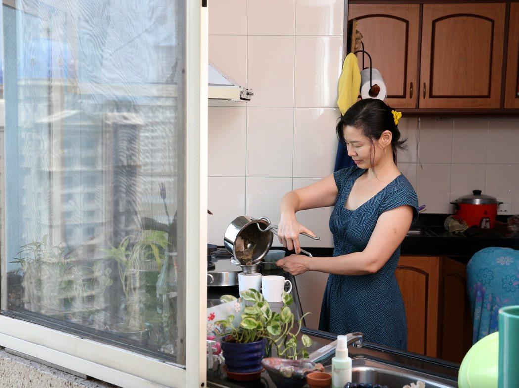 史紫蓉嫁到印度18年,煮印度奶茶早已熟能生巧。 記者潘俊宏/攝影