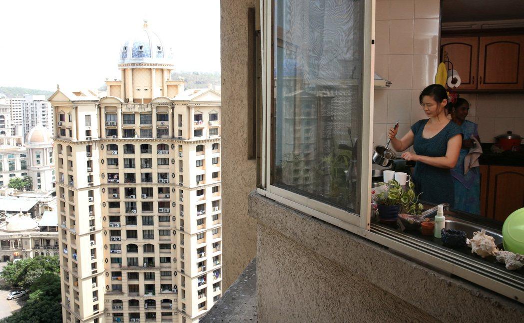 史紫蓉的房子位於孟買北部環湖區的高級社區,大廈裡設有專給佣人使用的廁所。 記者潘...