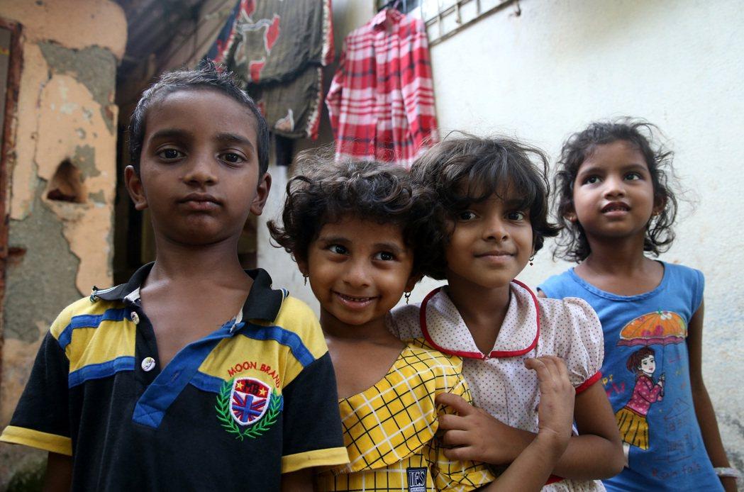 印度人一出生就受到種姓制度影響,圖為孩童純真地盯著攝影鏡頭。 記者潘俊宏/攝影