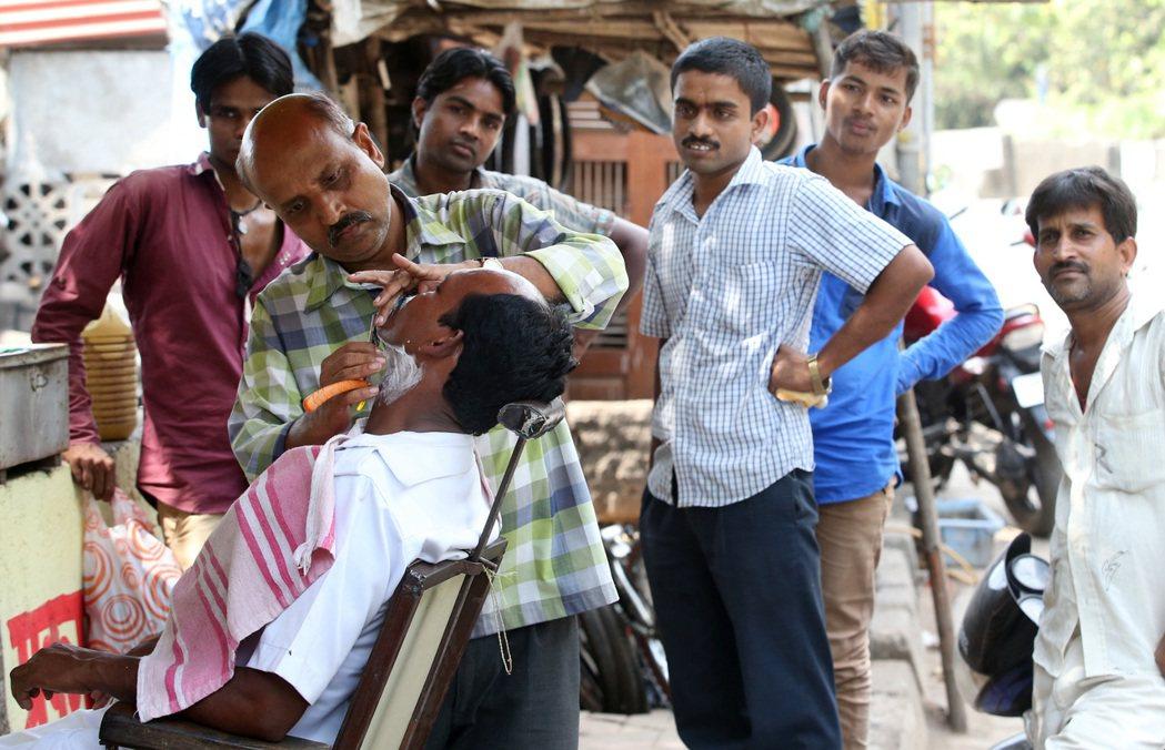 印度每種階級有其對應職業,較高階者絕不碰低階者的工作,圖為路邊的剃鬍服務。 記者...