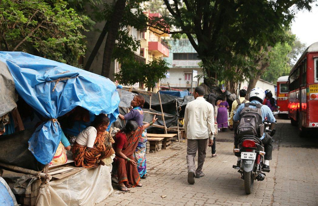 印度貧富差距大,階級分明,圖為貧民用帆布和木板搭出的簡陋房屋。 記者潘俊宏/攝影