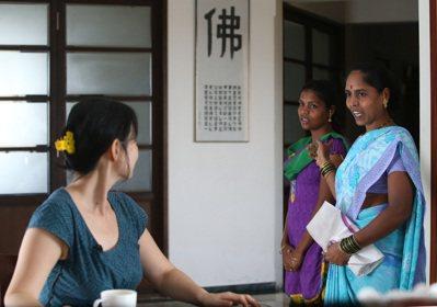佣人向史紫蓉介紹來代班的婦女,眼神充滿敬畏。 記者潘俊宏/攝影