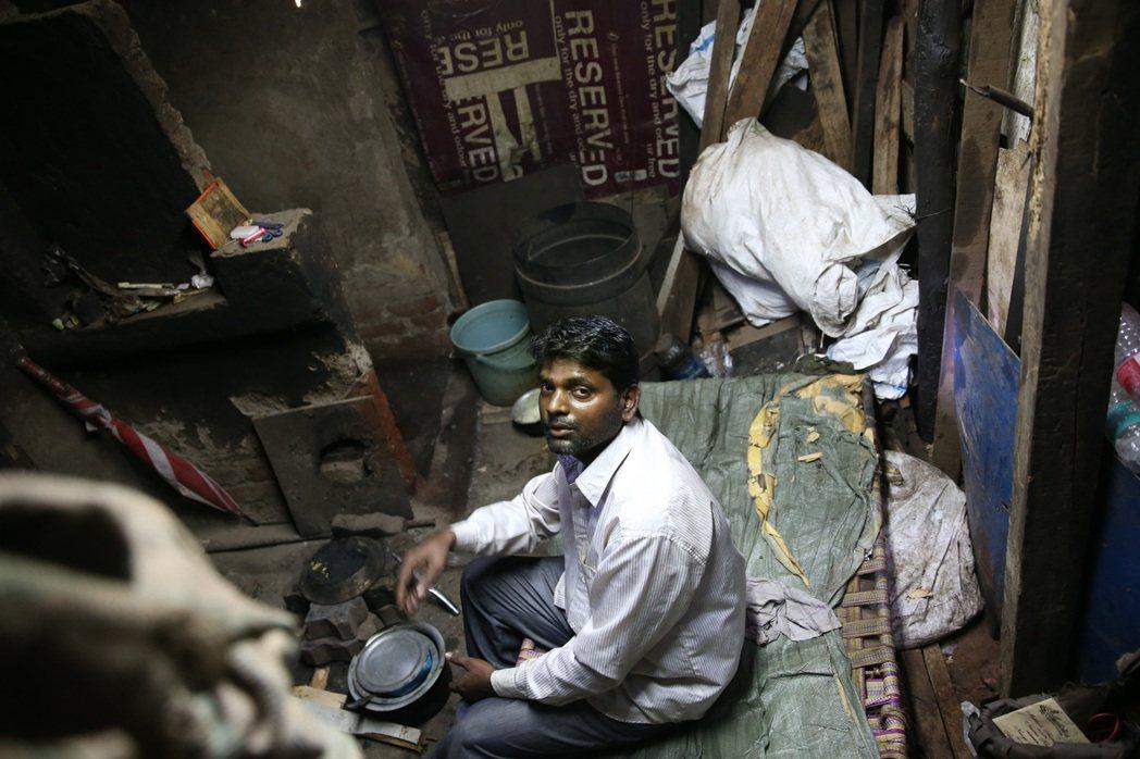 孟買貧民區裡的生活寫照。 記者潘俊宏/攝影