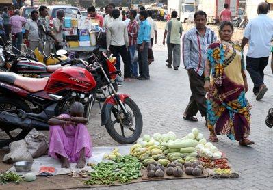 孟買街頭賣蔬果的小販。 記者潘俊宏/攝影