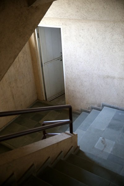高級大廈樓梯間,專給佣人使用的廁所。 記者潘俊宏/攝影