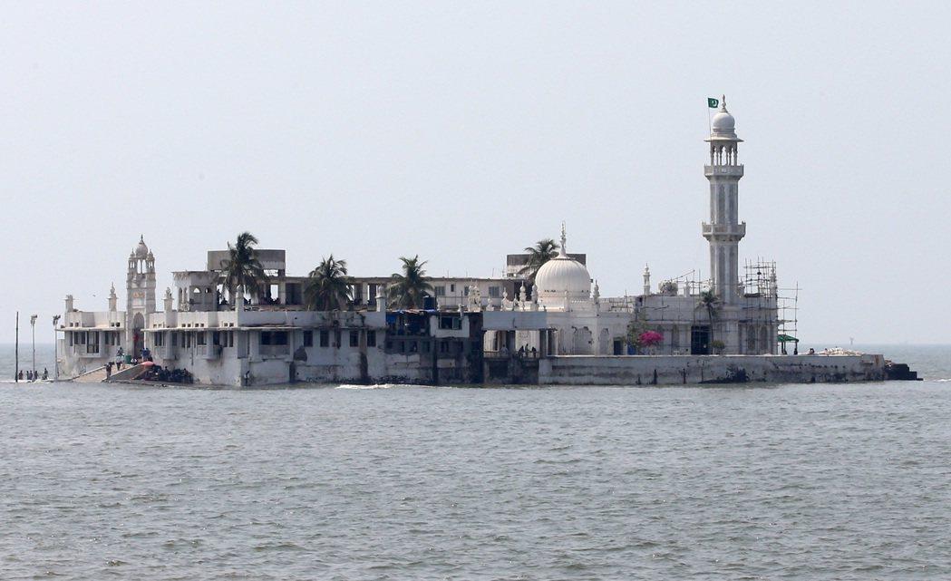孟買海上清真寺,是當地穆斯林的信仰中心。 記者潘俊宏/攝影