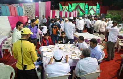 婚宴流水席不斷有賓客到來,用過餐後再換下一批。 記者潘俊宏/攝影