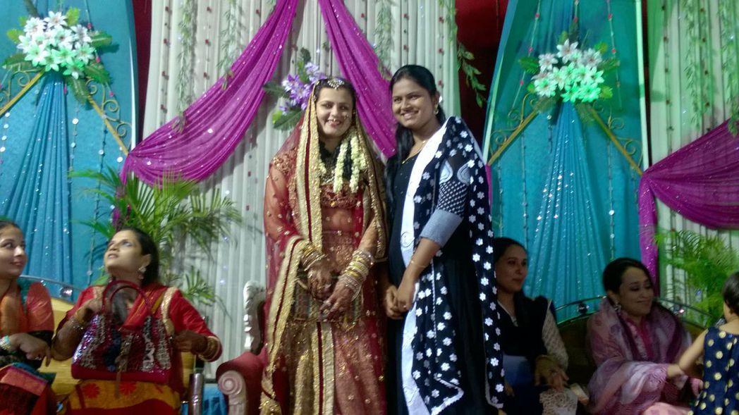 新娘子與女性賓客合影。 圖/潔思敏提供