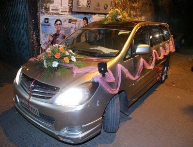 禮車上掛有彩帶與鮮花。 記者潘俊宏/攝影