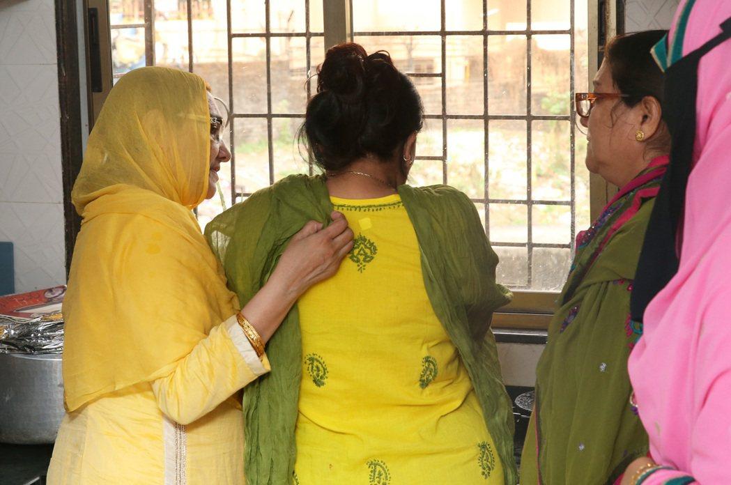 Rafia的母親情緒翻湧,躲進廚房啜泣。 記者潘俊宏/攝影