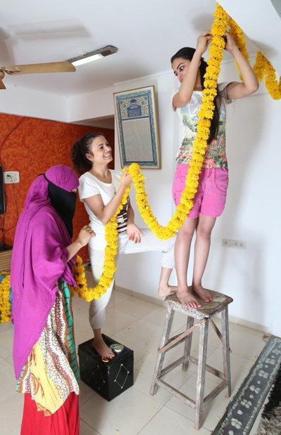 Rafia的妹妹忙著用鮮花裝飾小客廳準備迎接賓客。 記者潘俊宏/攝影