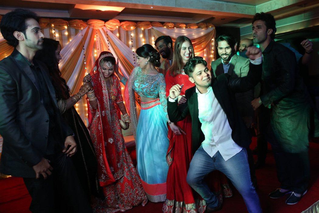 年輕賓客在婚宴上熱舞,惟獨新娘Rafia動作含蓄。 記者潘俊宏/攝影