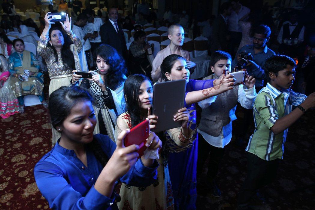 婚宴上賓客化身舞林高手,小朋友紛紛拿出平版和手機拍攝記錄。 記者潘俊宏/攝影