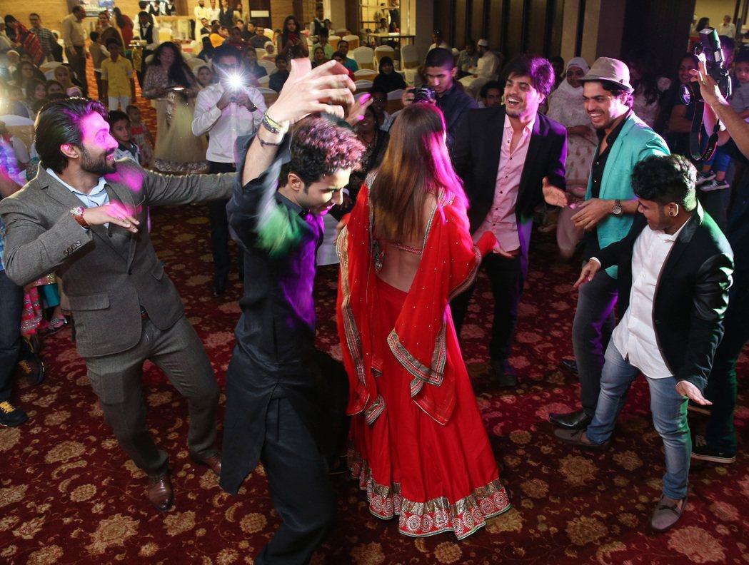 婚宴當晚,賓客熱情起舞。 記者潘俊宏/攝影