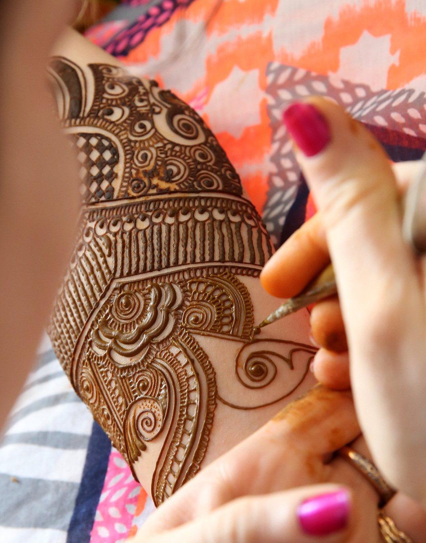 新娘身上的彩繪圖案繁複美麗。 記者潘俊宏/攝影