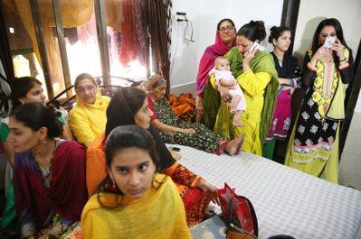 與新娘親近的女眷聚集在新娘房中聊天。 記者潘俊宏/攝影