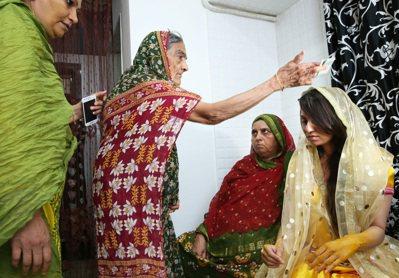 雖然Rafia是自由戀愛結婚,但長輩在婚禮時參與仍多,圖為長輩贈與金錢,祝福新娘...