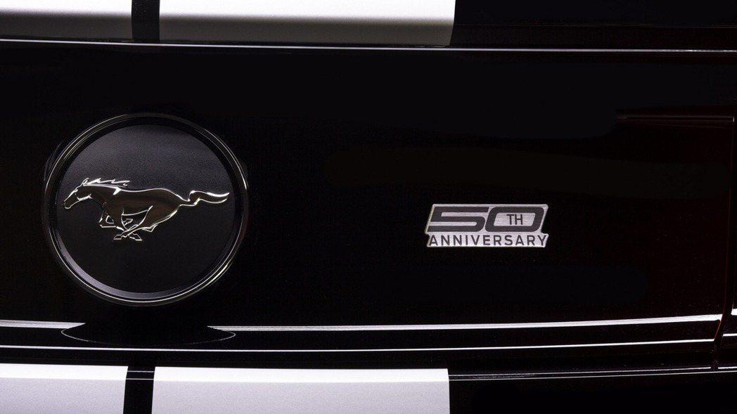 車輛外觀也加入專屬鍍鉻銘牌,增添獨特性。 摘自Ford