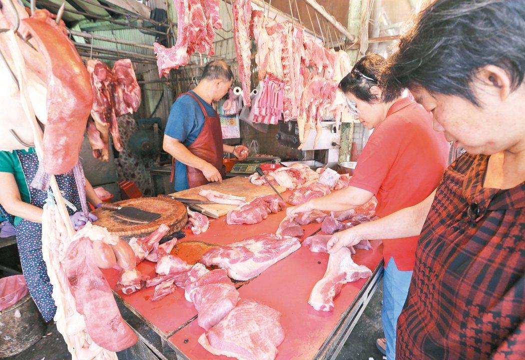 傳統市場的豬肉攤商。 記者林澔一/攝影