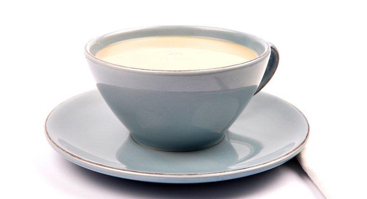 最新調查發現,奶茶、紅茶是國人早餐飲料首選,但專家指出,絕大部分奶茶並未添加牛奶...