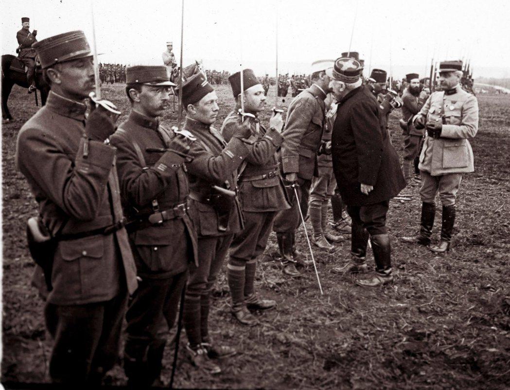 「老爹」霞飛將軍,在凡爾登戰役時前往前線為將士授勳。作為戰時法軍總司令的霞飛,在...