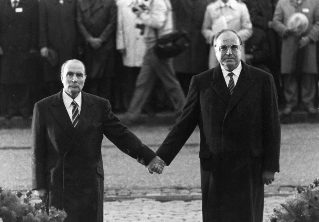 凡爾登和解。1984年9月22月,西德總理柯爾與法國總統密特朗在杜奧蒙公墓手牽著...