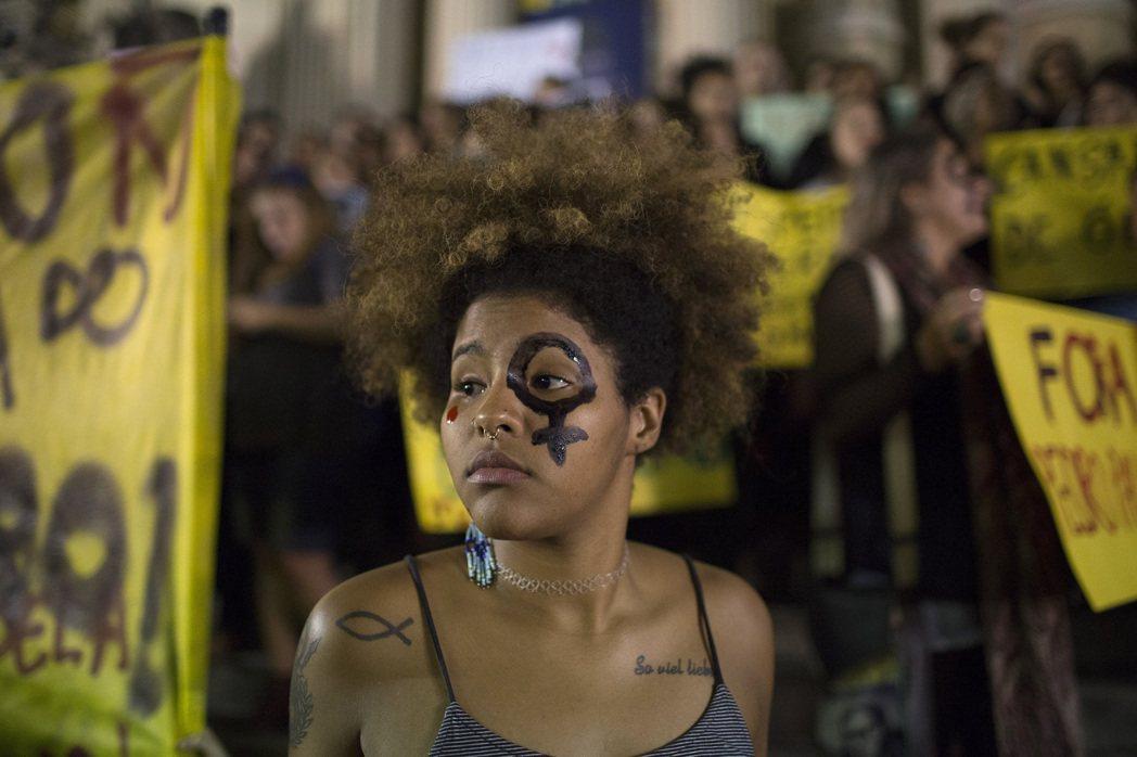 5月27日晚間,走上里約街頭聲援性侵受害者的巴西群眾。 圖/美聯社
