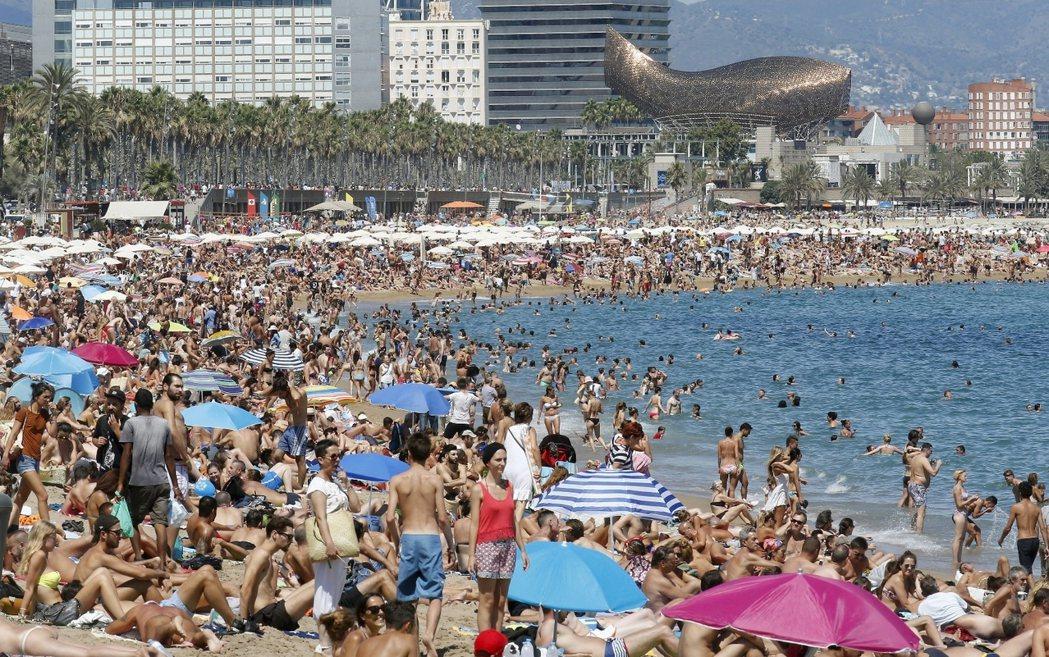 今年人會更多。去年此時的巴塞隆納聖米蓋爾海灘。 圖/路透社