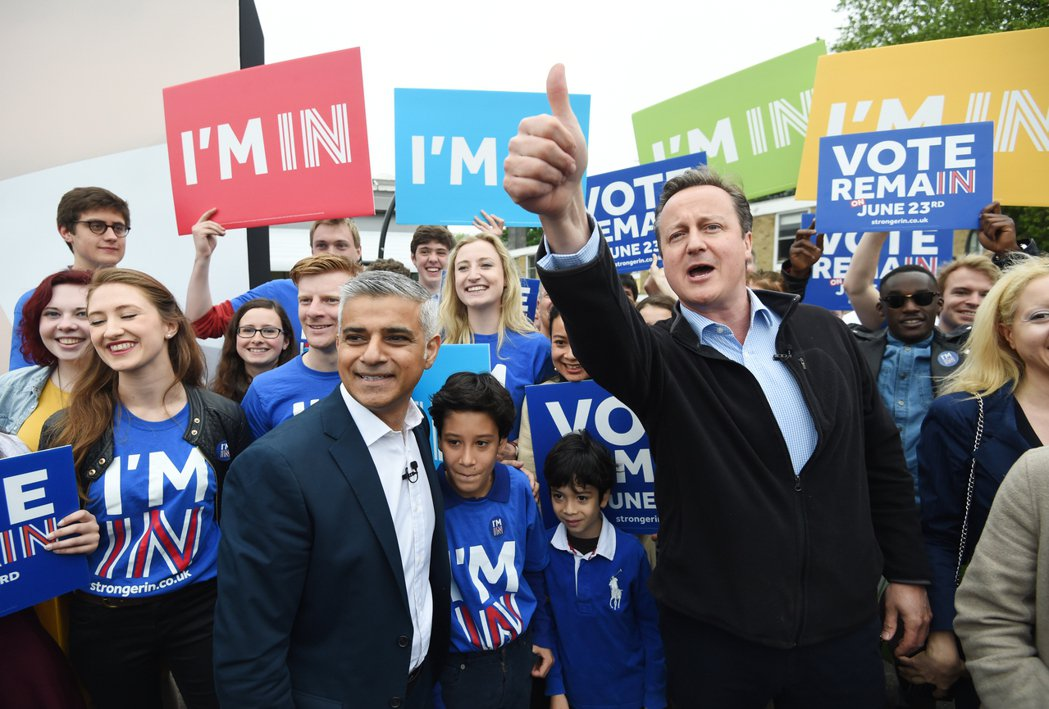 公投在即,只剩不到一個月,現任倫敦市長(左)與首相卡麥隆(右)也卯足勁大力宣傳留...