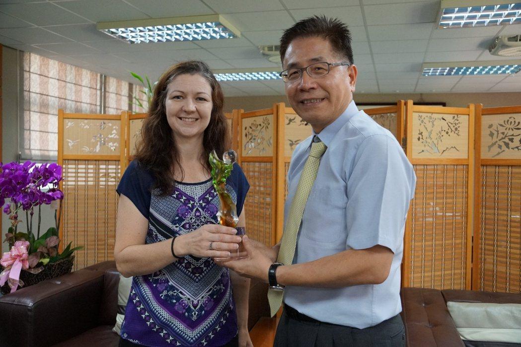 澳洲天文學家柯莉莉教授(左)榮獲2016年春季「年輕天文學者講座」,中央大學校長...