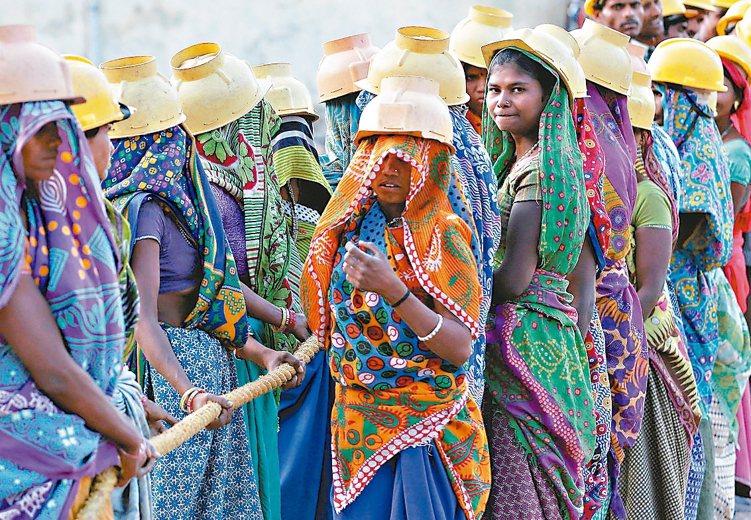 印度將於31日公布第一季經濟成長數據,分析家估計可望達7.4%。圖為印度大城亞美...