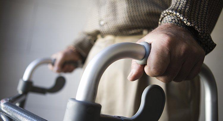 幫老人打造適合居住的環境,最重要的防止長輩跌倒。 圖/ingimage