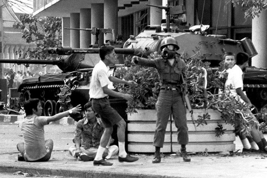 1973年10月,由青年學生所發起的民主運動成功(但短暫)地逼退了他儂總理,是泰...