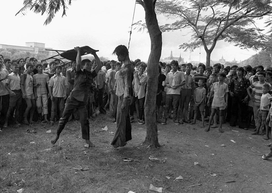 1977年普立茲新聞攝影獎得獎作品,〈Brutality in Bangkok〉...