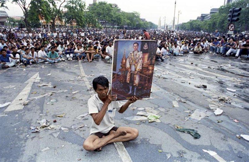 「黑色5月」。1992年5月18日,示威者在曼谷街頭碰著泰皇照片,要求總理蘇欽達...