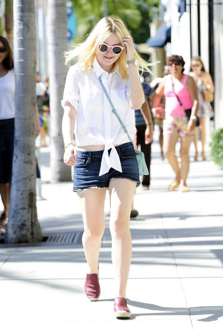 達柯塔芬妮(Dakota Fanning),白上衣配牛仔短褲,平底草編鞋也能搭出...